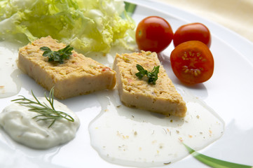 Tuna salad with tomatoes and lettuce