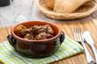 Spezzatino di carne con patate e funghi in una tegame di coccio