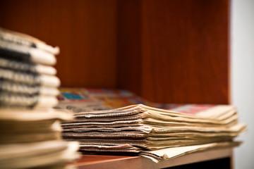 Стопка газеты на полке