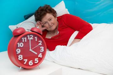 Schlaflosigkeit im Alter - ältere Frau liegt wach im Bett