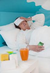 Ältere Frau krank mit Influenza - Grippe - im Bett