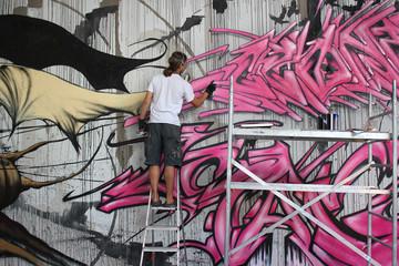 Graffiti Artist an der Wand