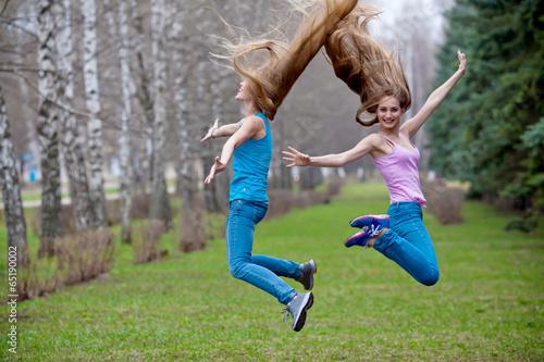 Две девушки в прыжке