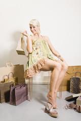 Junge Frau im Schuhgeschäft,halten Einkaufstasche