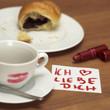 Tasse Kaffee mit Lippenstift Kuss,Croissant und Ich liebe dich - Zeichen