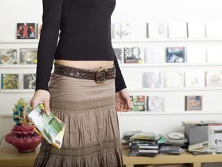 Junges Mädchen (16-17) , hält CDs