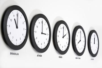Uhren an der Wand , Symbol für Greenwich Mean Time