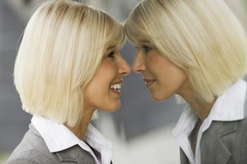 Deutschland,Geschäftsfrau lächelnd,Blick in Spiegel