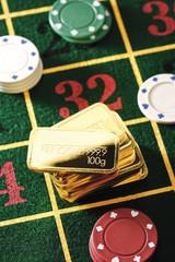 Roulettetisch mit Jetonen und Goldbarren