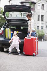 Deutschland,Leipzig,Mutter und Tochter ( 4-5) Lade Gepäck in Auto