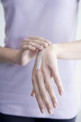 Frau,die Sahne auf Händen,close-up