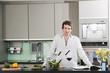 Deutschland,Hamburg,Mann in der Küche bereitet Salat