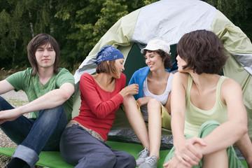 Deutschland,Freunde sitzen vor Zelt