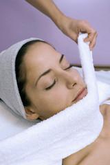 Frau empfangen Gesichtsbehandlung,die Augen geschlossen,close-up