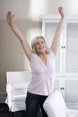 Ältere Frau Stretching Arme,Lächeln,Portrait