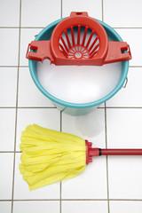 Reinigungsutensilien, Mop und Eimer