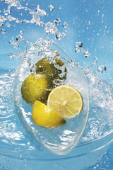 Spritzwasser auf frischen Limetten