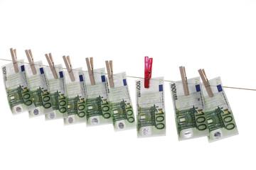 100 Banknoten hängen auf Wäscheleine