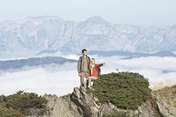 Österreich, Reiteralm , Wanderer in den Bergen, Frau zeigen