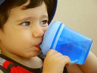 bambino beve aqua