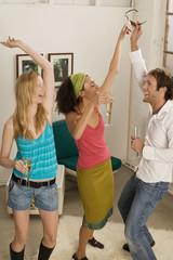 Drei junge Menschen tanzen