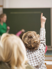 Boy (4-7) die Anhebung der Hand in der Klasse,Rückansicht