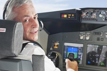 Deutschland,Bayern,München,Top- Flugkapitän trägt Kopfhörer und Erprobung von Flugzeug-Cockpit