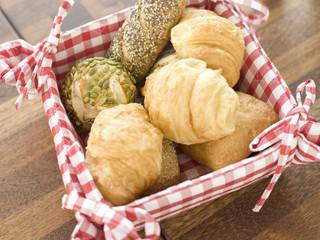 Brot und Croissants rollls im Korb