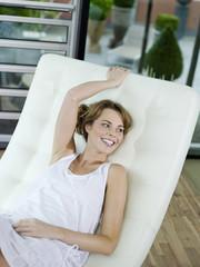 Frau entspannt auf Liegestuhl,lächelnd,erhöhte Ansicht