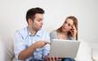 Junges Paar diskutiert am Computer
