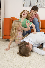 Familie im Wohnzimmer,lachen