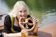 München, Englischer Garten, Junge Frau isst Laugenbrezel , Portrait