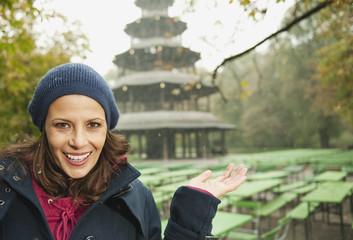 Deutschland,Bayern,München,Englischer Garten,Frau im Biergarten,Chinesischen Turm im Hintergrund