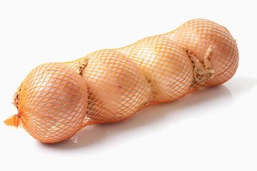 Eingewickelt Zwiebeln auf weißem Hintergrund , close up