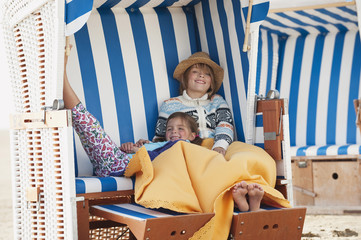Deutschland,St.Peter- Ording,Nordsee,Kinder ( 6-9) ruht auf Strandkorb