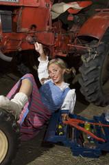 Junge Frau, die Reparatur von Traktor , Portrait