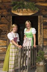 Zwei Frauen tragen Dirndl , Portrait