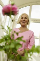 Ältere Frau lächelnd,niedrige Winkel Ansicht,Portrait