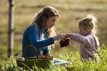 Mutter und Tochter mit Picknick