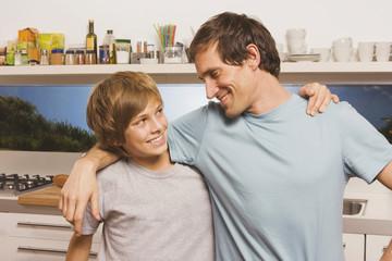 Vater und Sohn ( 13-14) umarmen,Porträt