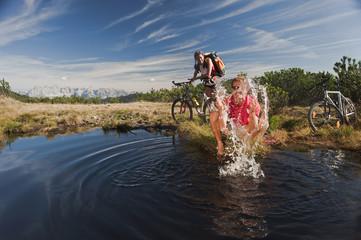 Bikers von See, Mann Spritzwasser , lachen , Portrait
