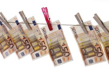 50 Banknoten hängen auf Wäscheleine