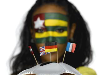 Weiblicher Fußball- Fan aus Togo