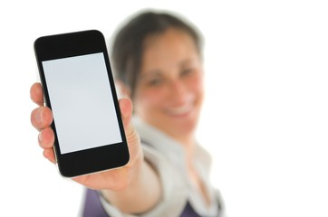 Frau präsentiert Mobiltelefon
