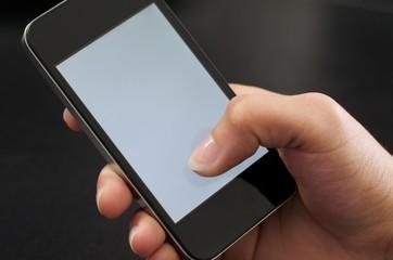 Mobiltelefon in der Hand halten und bearbeiten