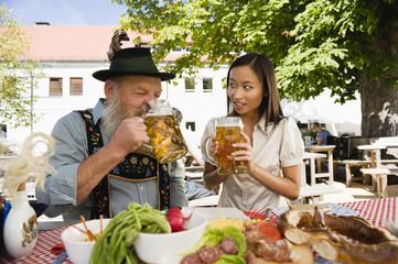 Deutschland,Bayern,Oberbayern,Bayerischer Mann und Frau in der asiatischen Biergarten