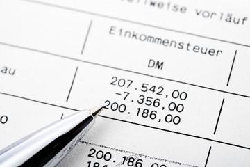 Kugelschreiber zeigt auf Zins-Staffel Berechnungen