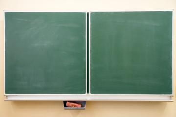 leere Kreidetafel in einem Klassenzimmer