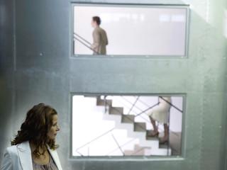 Frau beobachtet Paar auf Treppe