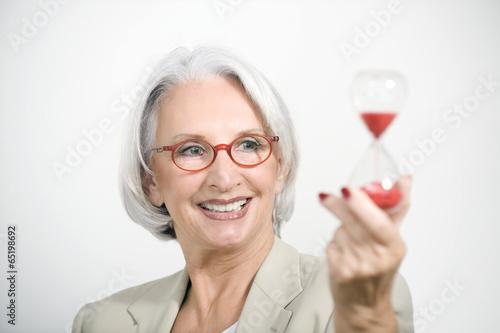 canvas print picture Ältere Geschäftsfrau,die Sanduhr,Portrait